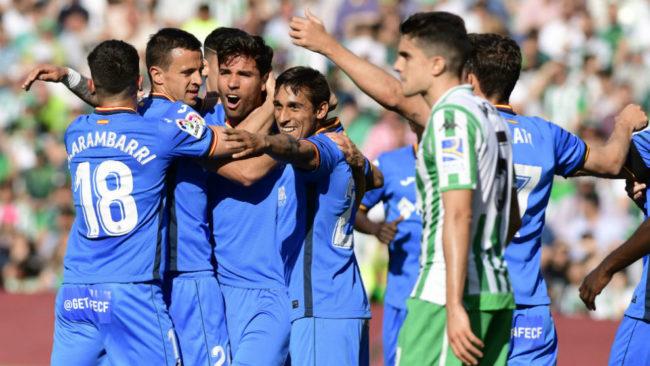 Los jugadores del Getafe celebran el primer gol, el que marcó...