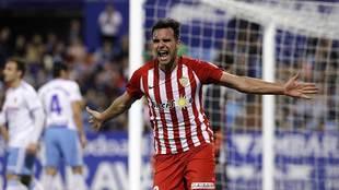 Álvaro Giménez celebra el primer gol del Almería en La Romareda
