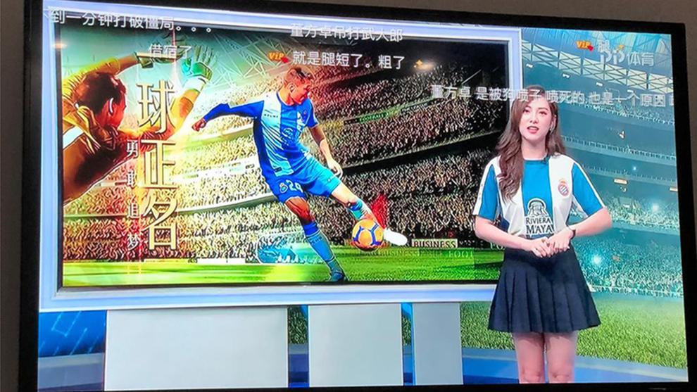 La presentadora de televisión, con la camiseta del Espanyol.