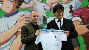 Iniesta posa junto a Yoichi Takahashi con la camiseta de le regaló.