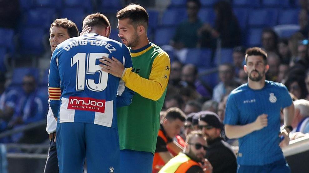 Víctor Sánchez anima a David López, tras la lesión.