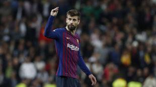 Piqué se dirige a la afición del Santiago Bernabéu en el último...