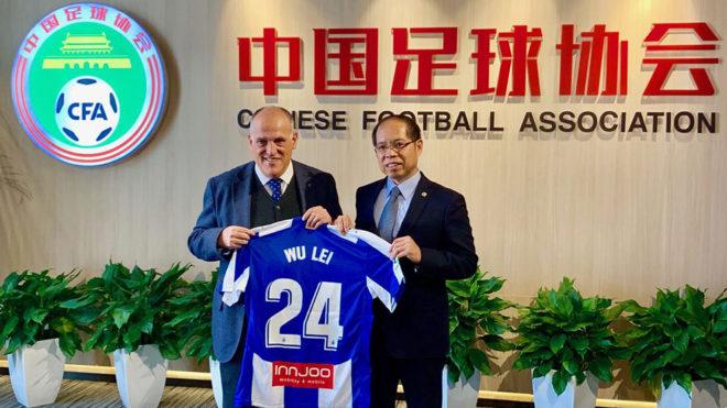 Javier Tebas posing with a Wu Lei shirt