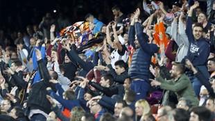 Aficionados del Valencia hacen la ola en el partido contra el Athletic...