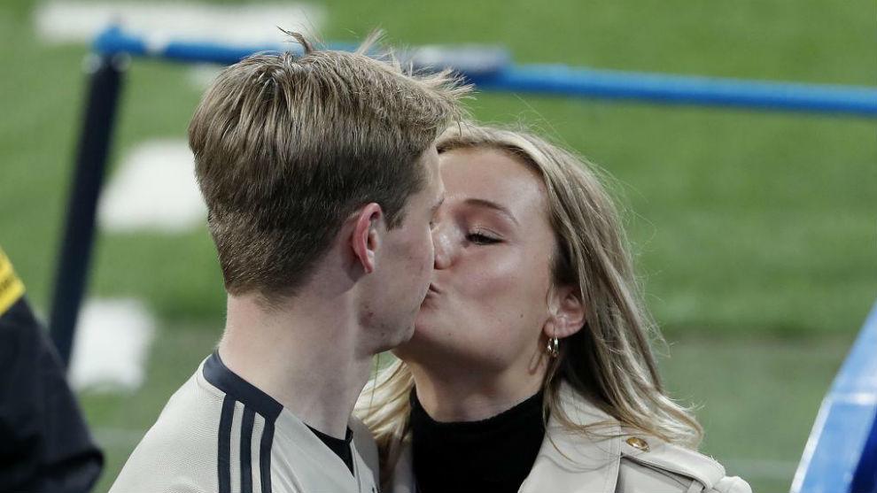 De Jong besa a su novia en el Bernabéu.