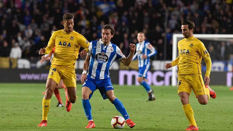 Mosquera  controla el balón entre Eddy Silvestre y Juan Muñoz