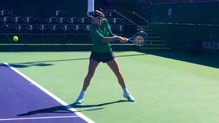 Garbiñe pega de revés durante un entrenamiento en Indian Wells