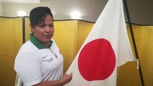 La unpire posa con la bandera de Japón