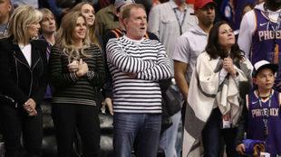 Robert Sarver durante un partido de los Phoenix Suns