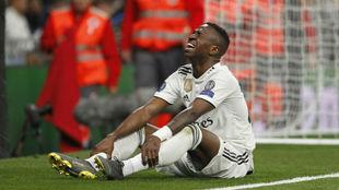 Vinícius lamentándose de la lesión ante el Ajax.
