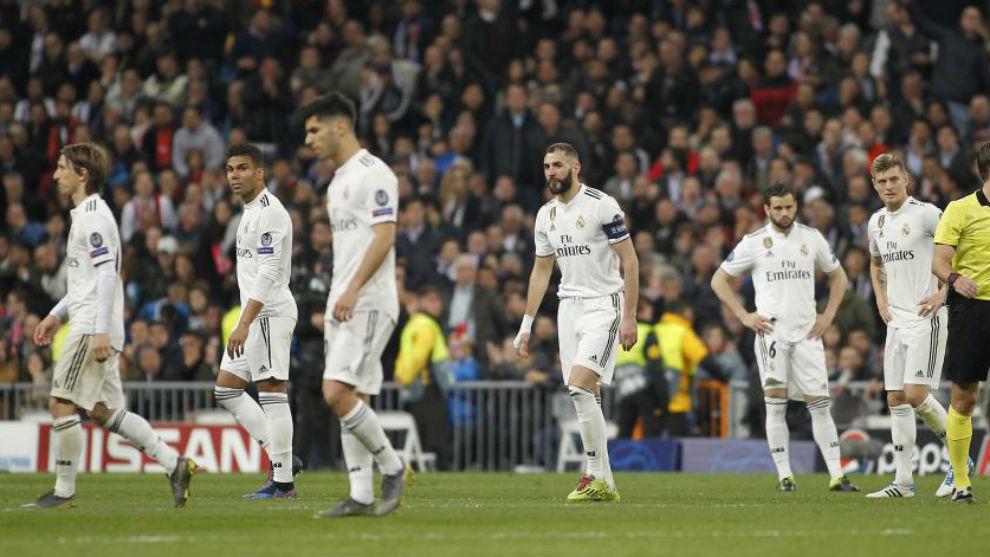 Los jugadores del Madrid lamentando la derrota ante el Ajax.