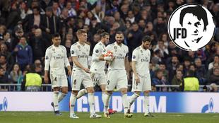 Los jugadores del Real Madrid, tras recibir un gol