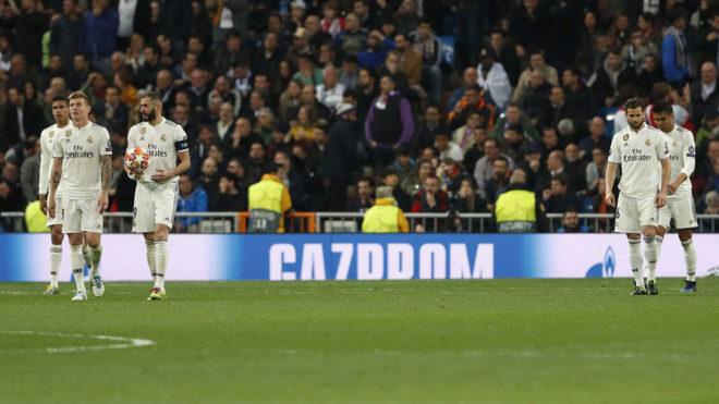 Los jugadores del Madrid, tras un gol del Ajax.