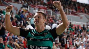Julio Furch celebra un gol con Santos.