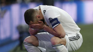 Benzema se echa las manos a la cara tras una ocasión fallida