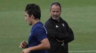 Álvaro Cervera observa a Lekic durante un entrenamiento en El Rosal