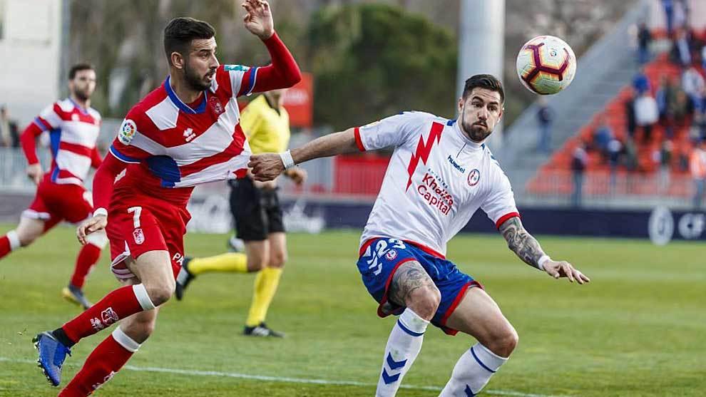 Luso disputa un balón con Vadillo en el partido ante el Granada del...