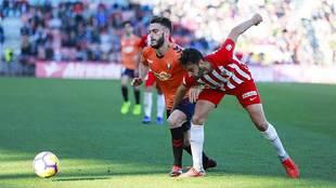 Iván Martos disputa un balón con Roberto Torres en el reciente...