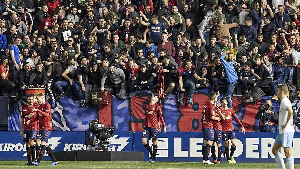 Jugadores y aficionados de Osasuna celebran un gol ante el Zaragoza