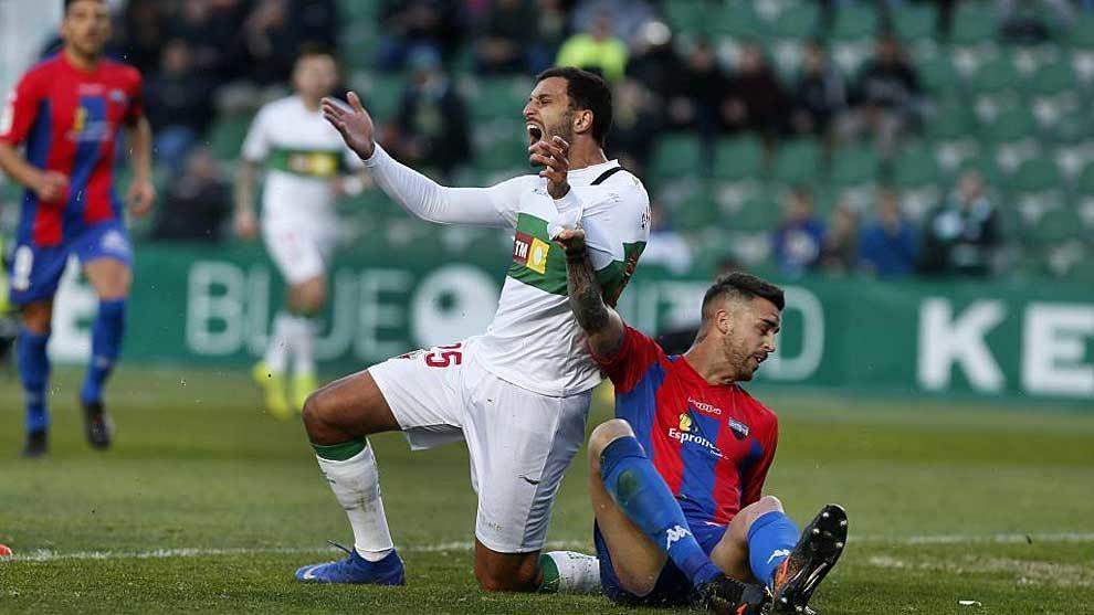 Yacine Qasmi recibe la entrada de Borja Granero en el...