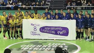 Las jugadoras del Bera Bera y Remudas apoyando la huelga por la mujer...