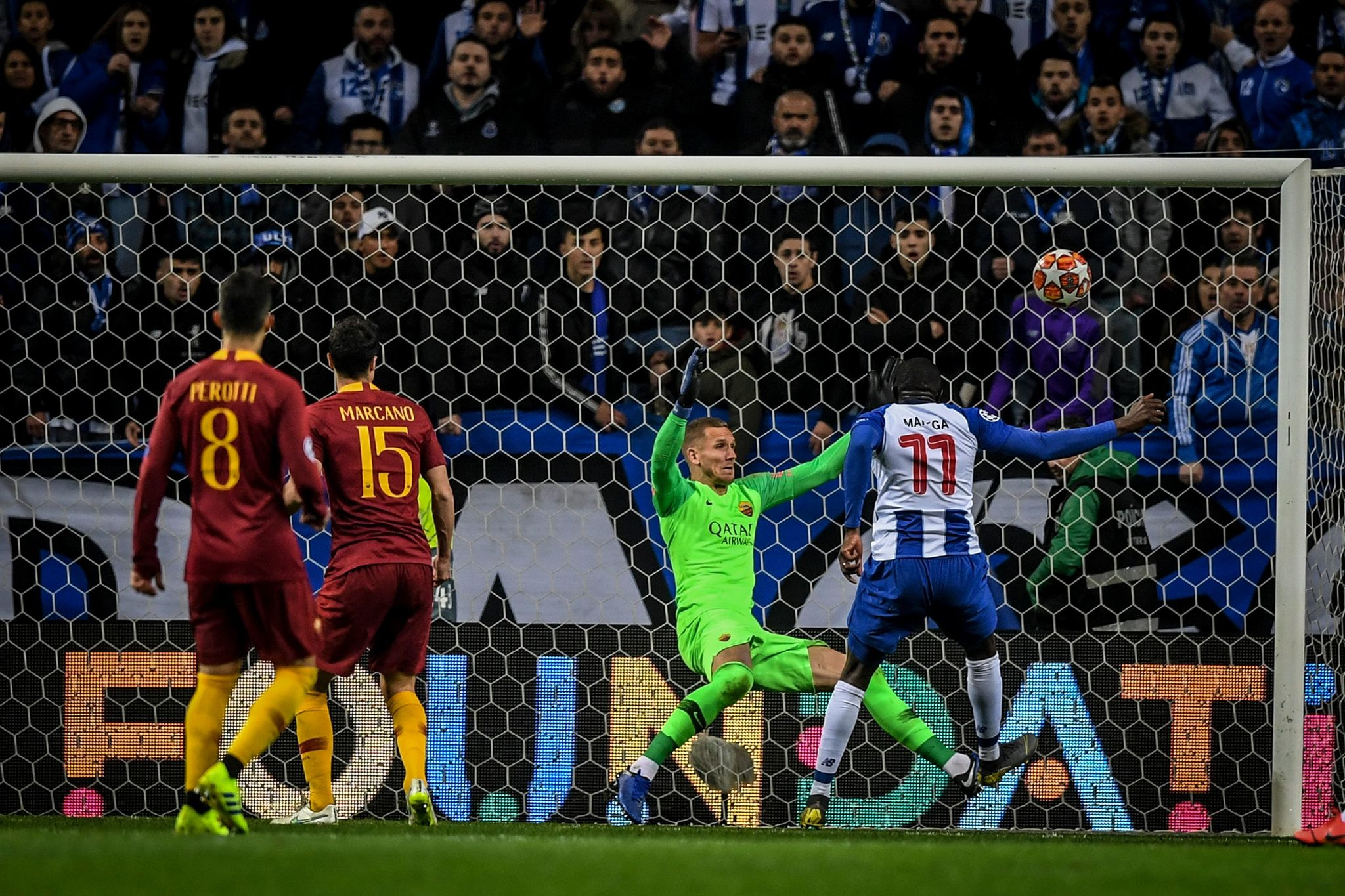 Portos Malian forward Moussa <HIT>Marega</HIT> (R) shoots to score a goal during the UEFA Champions League round of 16 second leg football match between FC Porto and AS Roma at the Dragao stadium in Porto on March 6, 2019. (Photo by PATRICIA DE MELO MOREIRA / AFP)