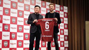 Sergi Samper acompañado por el propietario del Vissel Kobe, Hiroshi...