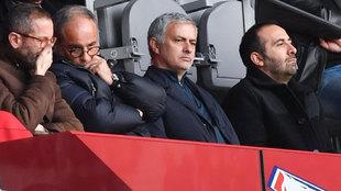 José Mourinho, presenciando un partido de la liga francesa entre el...
