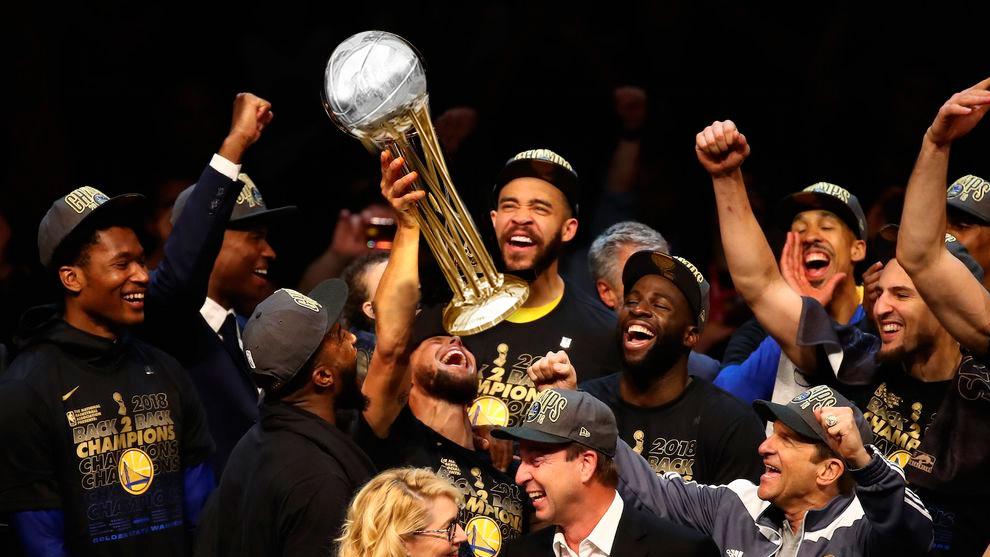Los jugadores de los Warriors levantan la Copa del Rey