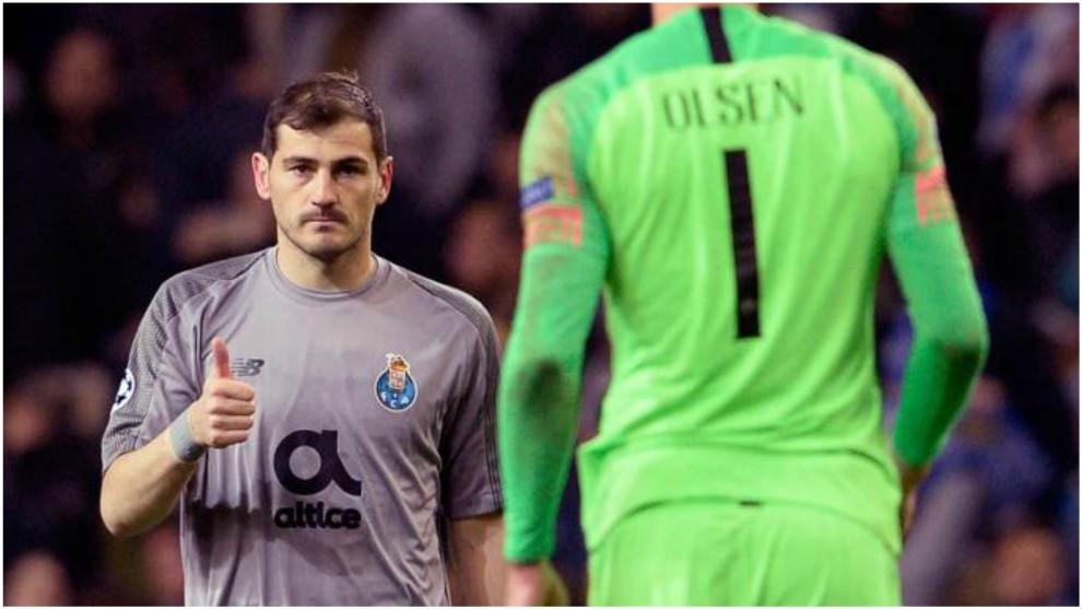 Casillas realiza un gesto de aprobación con Robin Olsen de fondo.