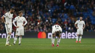 Benzema y Modric miran cómo Bale se duele del tobillo derecho ante el...