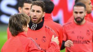 Sergio Ramos junto a Modric durante un entrenamiento.