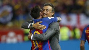 Luis Enrique abraza a Messi.