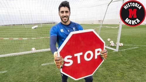 Rui Silva posa para MARCA con una señal de tráfico de 'STOP'