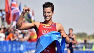 Mario Mola celebra su victoria en Abu Dabi