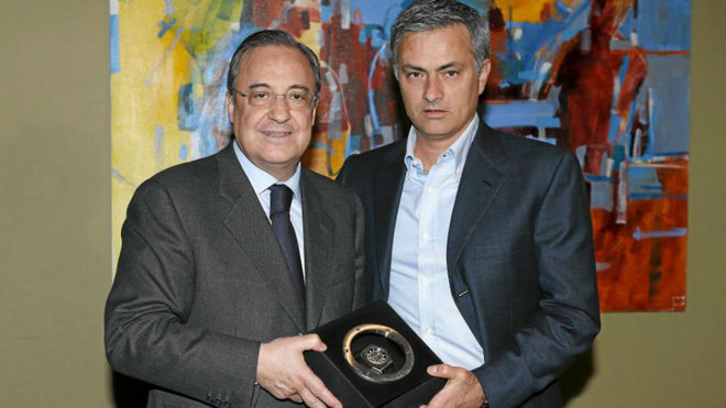 Florentino Perez handing Mourinho a clock after winning LaLiga.