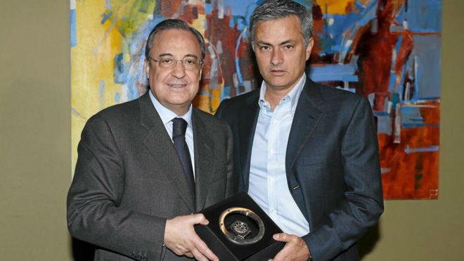 Florentino Pérez entrega a Mourinho entrega un reloj al técnico por...