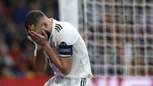 Benzema se lamenta de una ocasión perdida ante el Ajax.