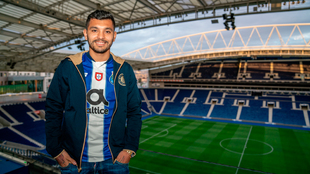 Tecatito posa en el Estadio Do Dragao
