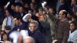 Aficionados del Barça sacan pañuelos tras la derrota en el Camp Nou...
