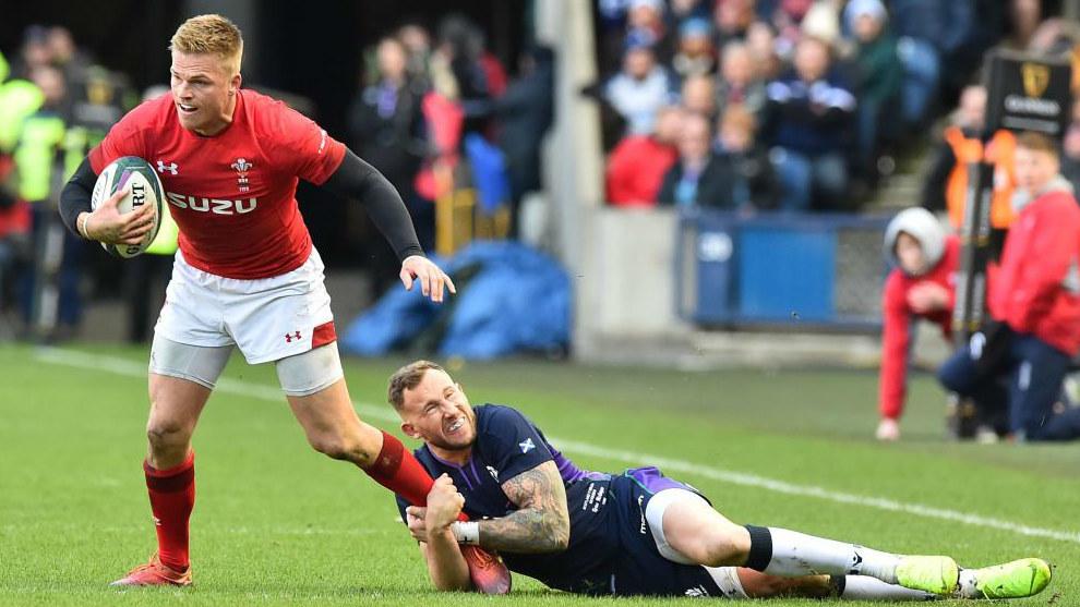 Gareth Anscombe es placado por Byron McGuigan en el Escocia-Gales...