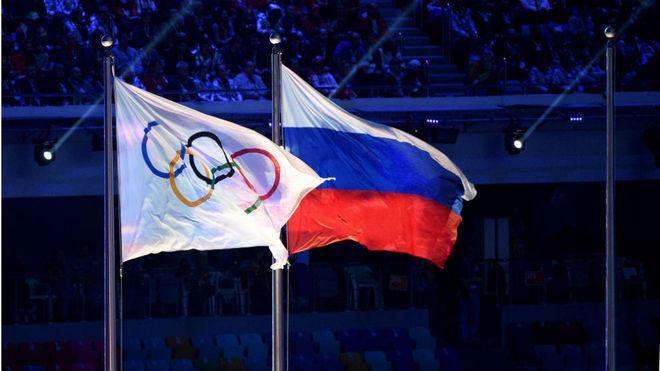 La bandera rusa, junto a la olímpica