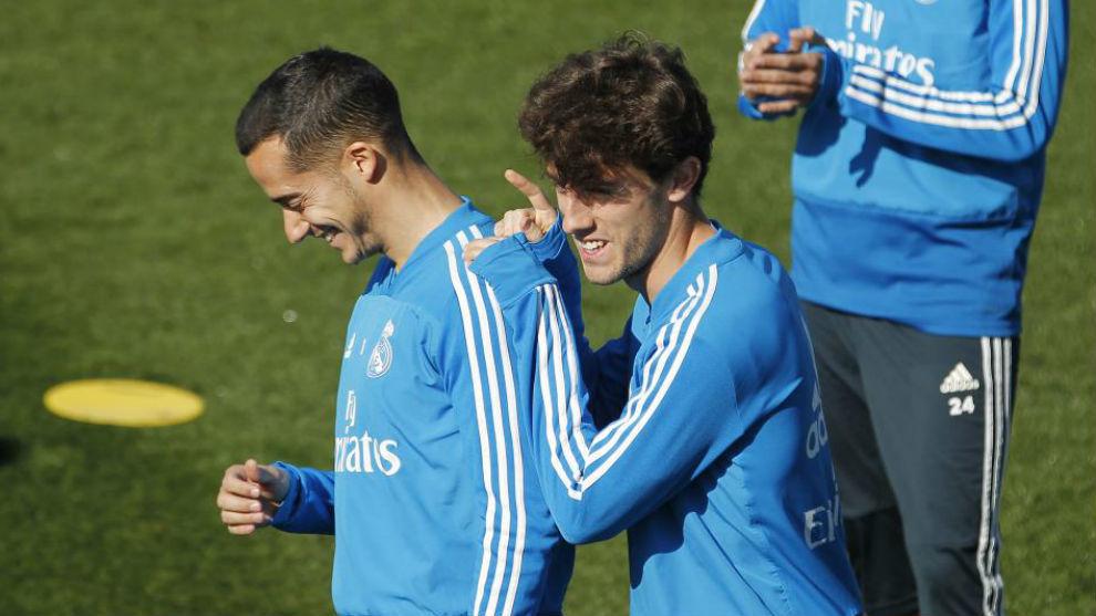 Odriozola bromea con Reguilón durante un entrenamiento del Madrid