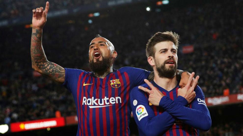 Arturo Vidal y Piqué celebran el primer gol del Barcelona.