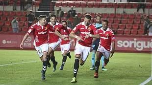 Sadik celebra con sus compañeros el gol de penalti que vale el...