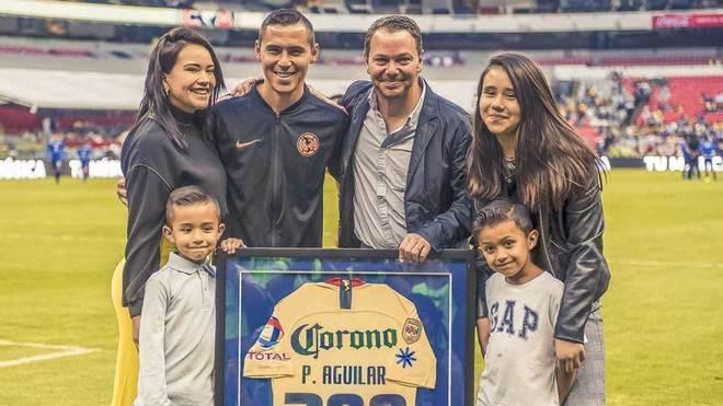 Aguilar, al lado de su familia, recibiendo el reconocimiento.