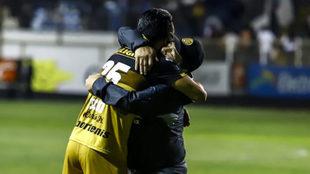 El abrazo de Diego Armando Maradona.
