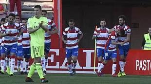 Germán celebra con sus compañeros el gol mientras Carlos Nieto anima...