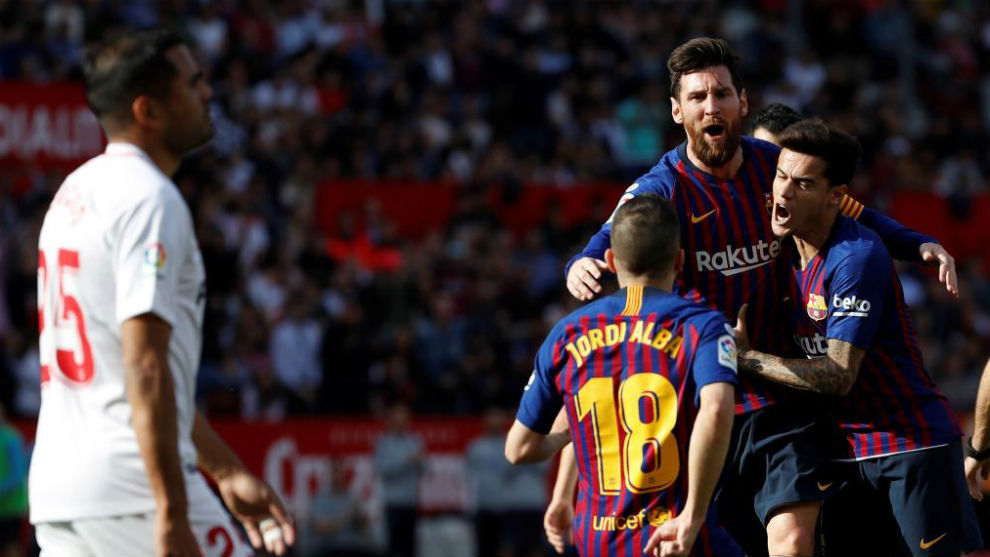 Los jugadores del Barcelona celebran un gol contra el Sevilla.