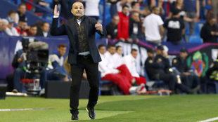 Paco López da instrucciones a sus jugadores desde la banda del Ciutat...
